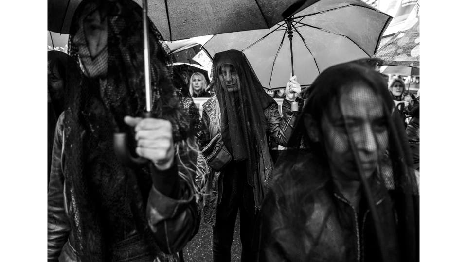 Mujeres marchan en protesta de la violencia contra las mujeres y en solidaridad por el brutal asesinato de una niña de 16 años en Mar del Plata. Buenos Aires, octubre 2016. Foto: Eitan Abramovich