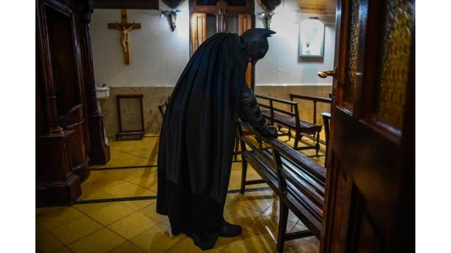 Batman rezando en la capilla del Hospital Sor Maria Ludovica