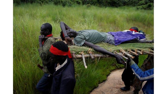 Rebeldes llevan a un rebelde herido después de un asalto a los soldados del SPLA (Ejército de Liberación del Pueblo de Sudán)