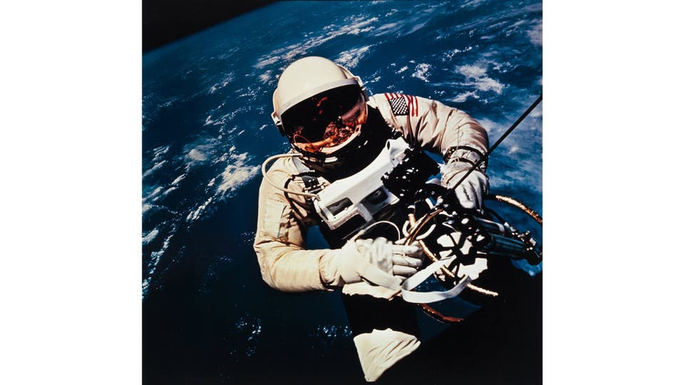 Ed White realiza el primer paso espacial americano, Gemini IV 1965. Foto: NASA