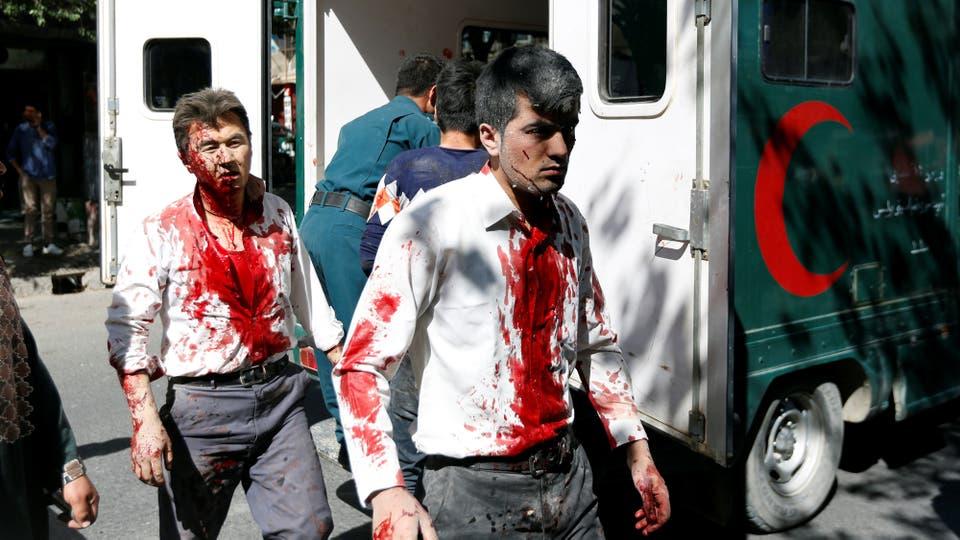 Los herdos son llevados a los hospitales colapsados de heridos. Foto: Reuters