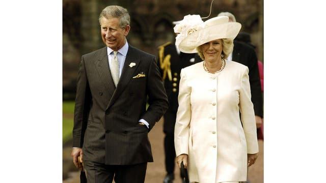 El Príncipe de Gales llega con Camilla Parker-Bowles para una fiesta en el jardín en el Palacio de Holyroodhouse en Edimburgo, Escocia, pocos día después de anunciar que se casarían
