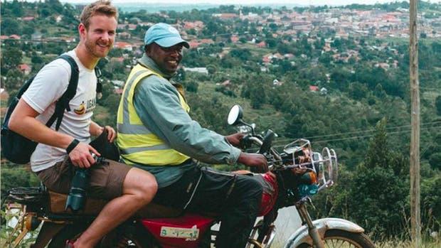 Richard se aburrió de su vida como oficinista y se fue a viajar por el mundo con una cámara en mano