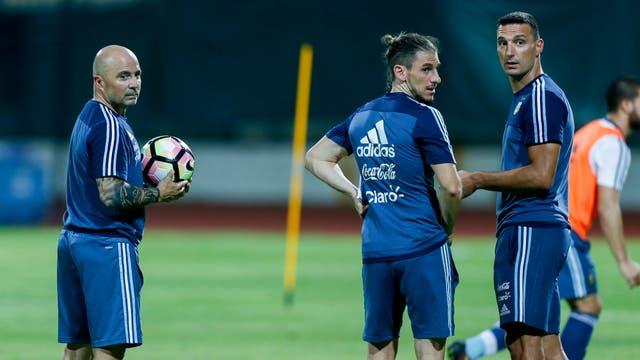 Jorge Sampaoli junto Sebastián Becaccece y Lionel Scaloni, en un practica en el Home United FC de Singapur