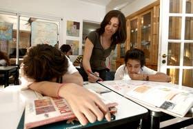 Marcela López brinda clases de apoyo escolar en el Centro de Estudios de La Horqueta, donde los chicos hacen su tarea