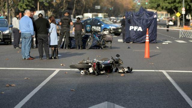 Un automovilista atropelló y mató a dos motochorros que le habían robado una mochila