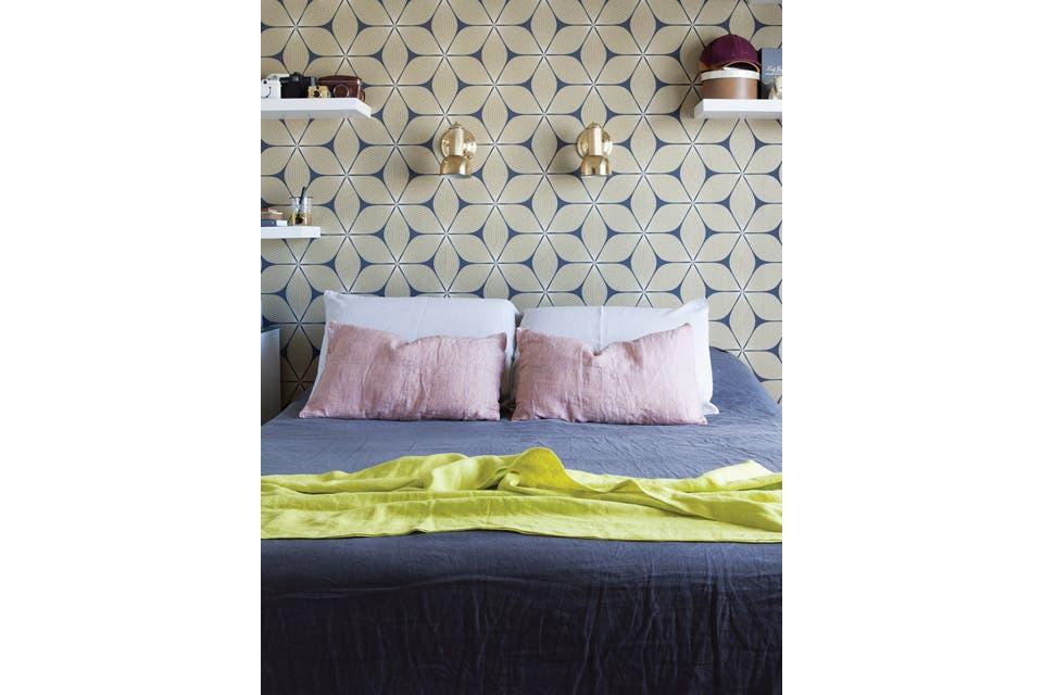 La cama está vestida con piezas de lino en tonos tierra de la firma americana West Elm.  Foto:Living /Javier Picerno