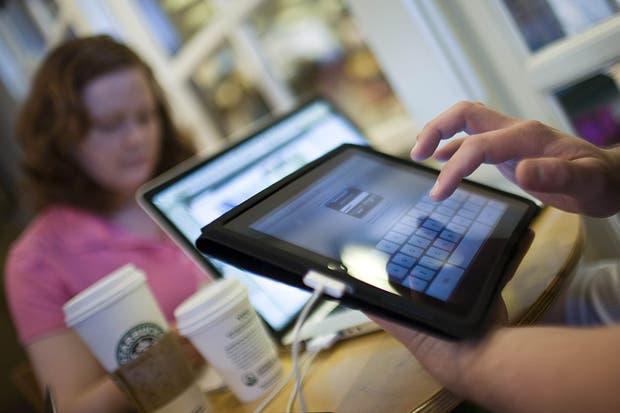 Internet: por primera vez se usa más en móviles que en…