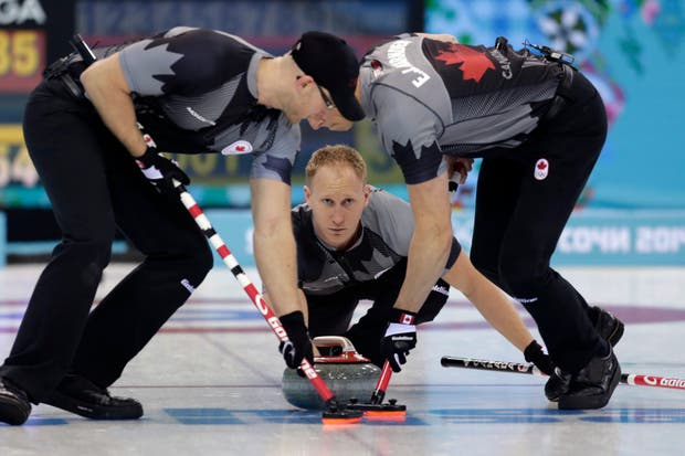 Hay cuatro integrantes en cada equipo en el curling