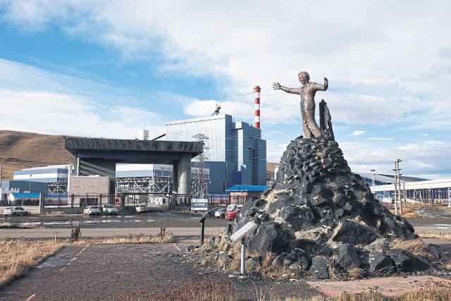 El monumento. Una escultura de Néstor Kirchner fue levantada en el ingreso de la mina