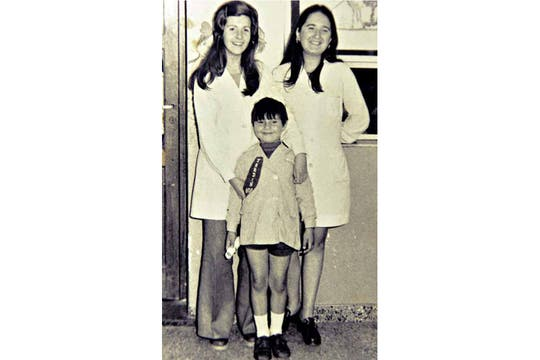 Jorge Mangeri con sus maestras de Jardín. Foto: Gentileza revista Gente