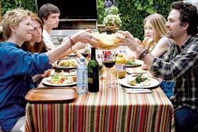 Lazos de celuloide. En el film The Kids Are all Right, dos madres lesbianas conocen al donante de esperma, padre biológico de sus hijos adolescentes