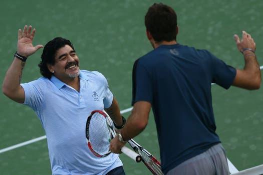 Juan Martín Del Potro y Diego Maradona pelotearon en el Abierto de Dubai. Foto: AFP