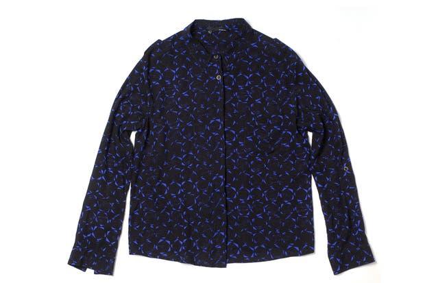 Estampada en azul y negro (Desiderata, $790).