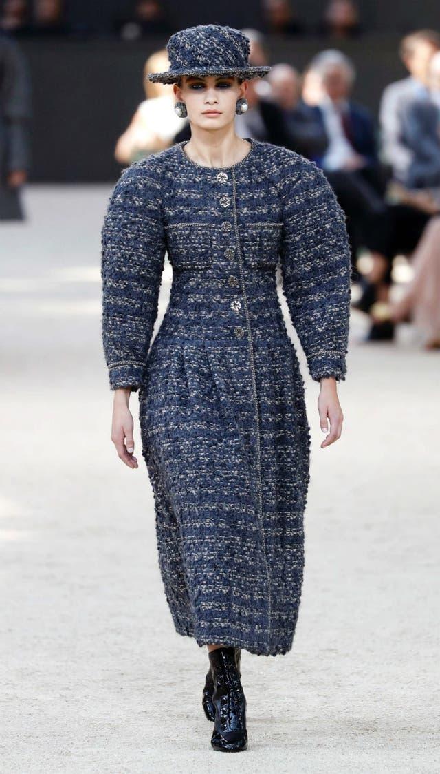 La nueva silueta de Chanel: hombros redondeados y la cintura ceñida