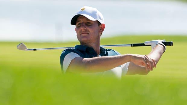 Emiliano Grillo escapa del bunker en el tercer hoyo del Liberty National Golf Club
