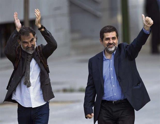 Jordi Cuixart y Jordi Sánchez, ayer, antes de quedar detenidos