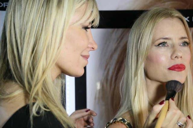 María Grebol es maquilladora de novias, a modelos en desfiles y suele atender a celebridades. En la foto, con Nicole Neuman