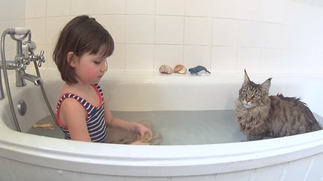 Iris y su gata Thalus, inseparables
