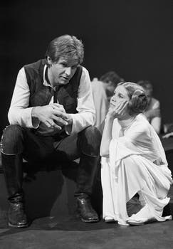"Harrison Ford hablando con Carrie Fisher durante una pausa en el rodaje del especial de la CBS-TV ""The Star Wars Holiday"" en Los Ángeles. Foto: AP / George Brich"
