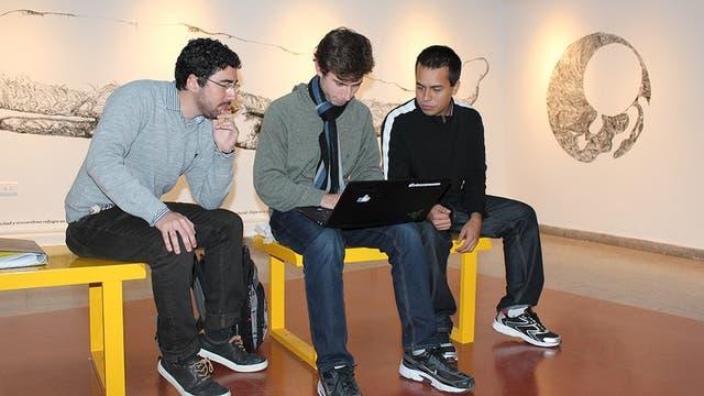 Dado que Hunicken y Rodríguez son los que mayor formación en computación poseen, son los encargados de escribir los programas, mientras que Ferroni (izq.), el matemático del grupo, tiene como rol principal no dejar de producir ideas para la resolución de los problemas