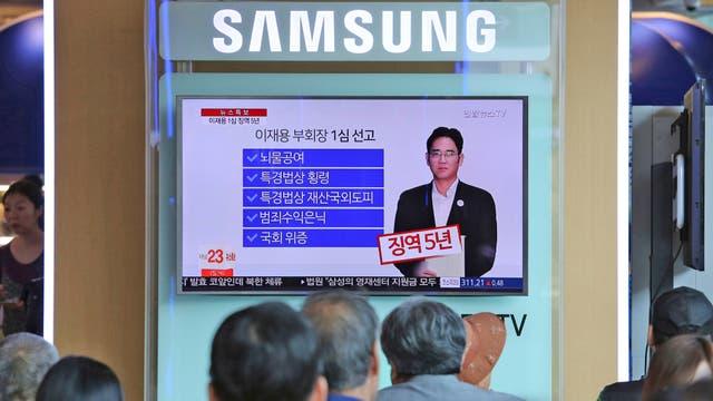Los coreanos miran en la televisión la noticia de la sentencia de Lee Jae-yong heredero del imperio Samsung