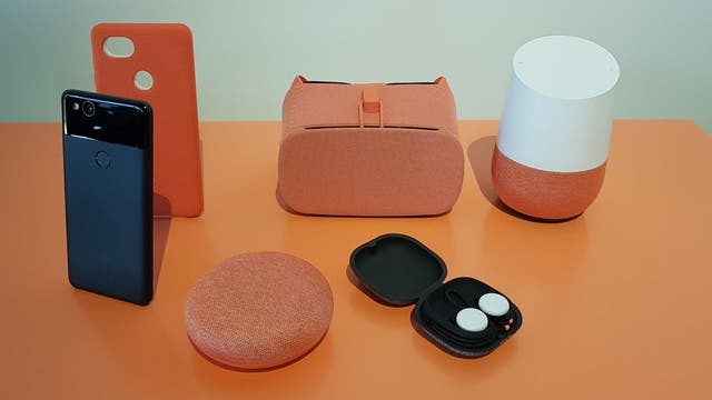 De izquierda a derecha: un Pixel 2, Google Home Mini, Google Daydream, Pixel Buds, Google Home clásico