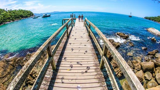 Tranquilidad y aguas cálidas en las playas de Bombinhas, a 60 kilómetros de Florianópolis