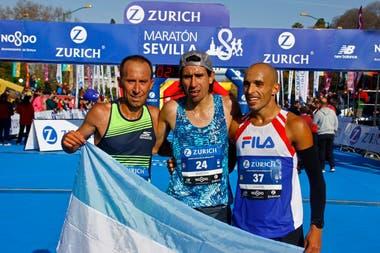 La bandera argentina, presente en Sevilla gracias a los dos mejores maratonistas nacionales del último lustro.