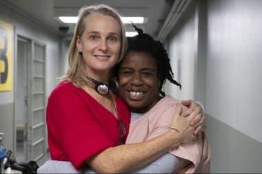 Piper Kerman, autora del libro autobiográfico en el que se basó Orange is the New Black posa junto a Uzo Aduba, multipremiada por su rol de Suzanne/Crazy Eyes