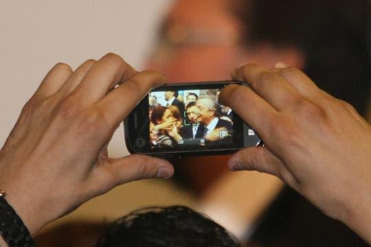 Un simpatizante toma fotos de  Néstor Kircner, en el salón de la Mujer. Foto: LA NACION / Alfredo Sánchez