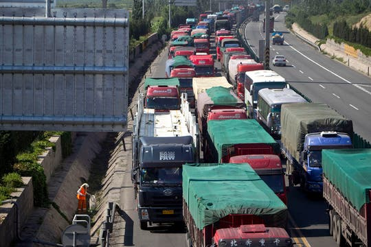 El atasco de tráfico masivo que se extiende por decenas de kilómetros desde hace al menos de 10 días el martes se debe a la construcción de carreteras en Beijing. Foto: AP