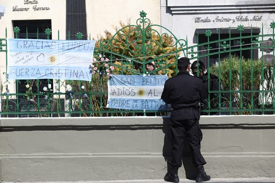 Gran cantidad de carteles se ven colgados por toda la ciudad. Foto: LA NACION / Maxie Amena / Enviado especial
