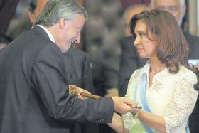 Néstor Kirchner le entrega el bastón de mando a su mujer, el 10 de diciembre de 2007