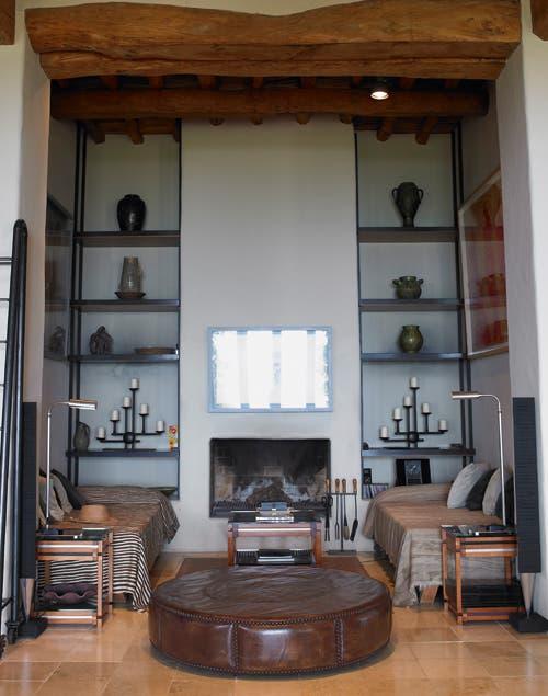 La chimenea es el lugar perfecto para este rincón íntimo que se proyectó con dos sillones enfrentados y un butacón de cuero..