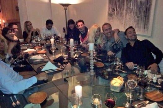 Una mesa llena de famosos. Foto: Twitter