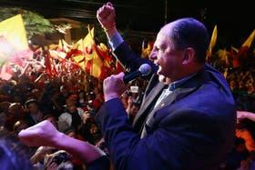 En Costa Rica, el candidato Luis Guillermo Solís festeja su avance en las elecciones