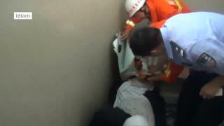 Un hombre quedó atrapado en su lavarropas mientras lo arreglaba