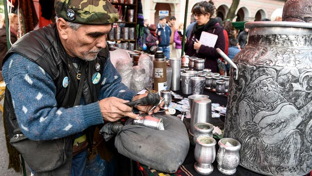 Gustavo Barraco, uno de los cientos de artesanos que están en la feria