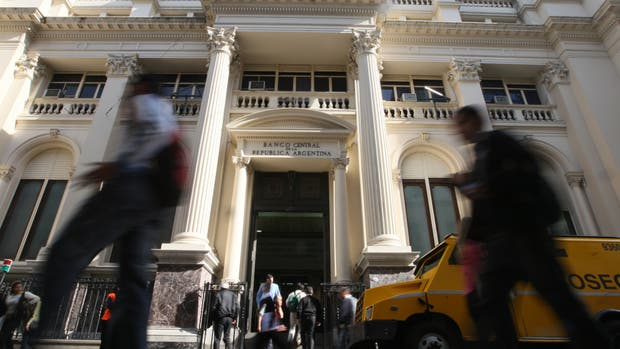 La fachada del Banco Central, en el microcentro porteño