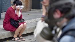 Una mujer de Nantes, en el oeste de Francia, sufre los efectos del gas lacrimógeno durante una protesta contra la reforma laboral de ese país, en setiembre de 2016.
