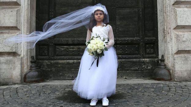 Esta pequeña asumió el rol de Giorgia, una niña de 10 años forzada a casarse con Paolo, un hombre de 47 años, en una puesta en escena, de la organización defensora de los DD.HH. Amnistía Internacional para denunciar los matrimonios infantiles. Esta campaña se celebró en Italia en 2016