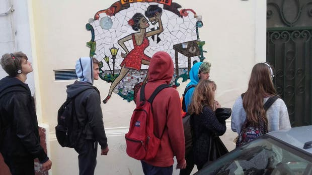 Uno de los grupos que recorre las callecitas de San Telmo