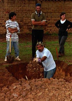 Una de las primeras excavaciones en el aeropuerto de Vallegrande, el 21 de enero de 1996; los restos no se encontraron hasta el 28 de julio de 1997