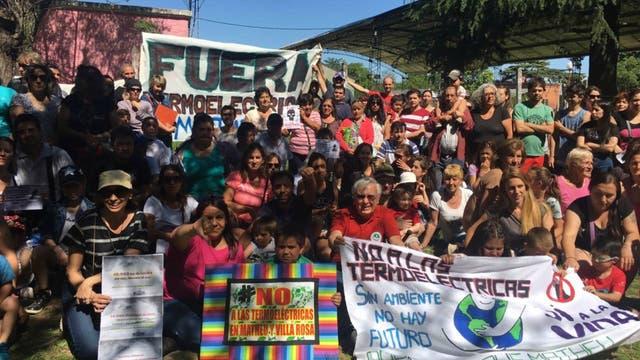 Un grupo de vecinos protesta contra la instalación de las plantas