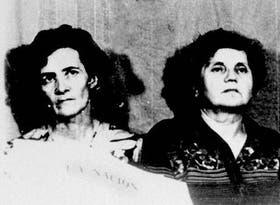 Domon y Duquet (derecha), en su cautiverio, con un ejemplar de LA NACION del 14 de diciembre de 1977