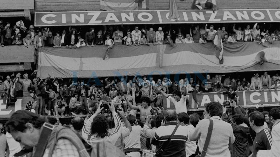 15-8-1981: celebración del título, tras el empate 1 a 1 con Racing; detrás de Maradona, Córdoba.. Foto: LA NACION