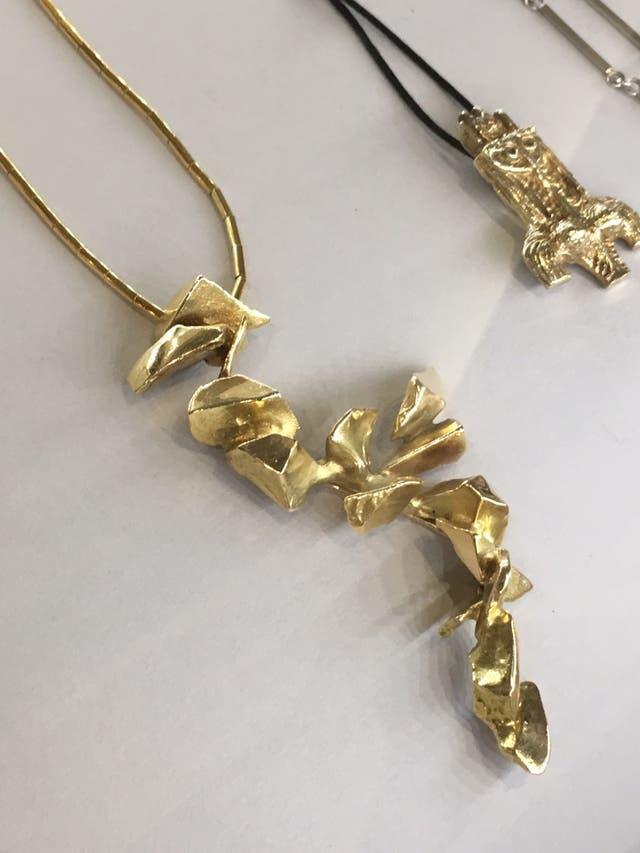 Collar creado por la escultora Alicia Penalba
