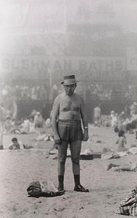 Selección Rodrigo Abd: Hombre con sombrero, traje de baño, zoquetes y zapatos, Coney Island, Nueva York 1960. © The Estate of Diane Arbus, LLC.