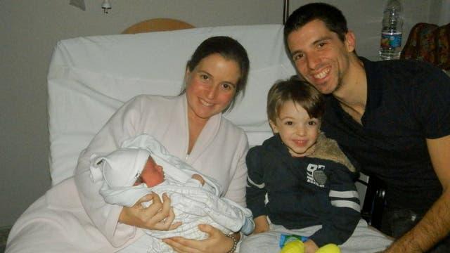 La primera foto familiar. Paz, Mariano y Cristobal dándole la bienvenida a Camilo
